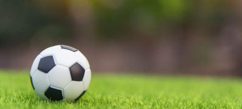 Ein Fußball liegt am Platz